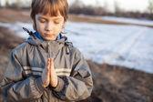 Junge beim gebet — Stockfoto