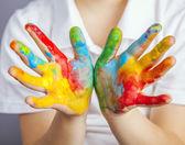 Ręce malowane w kolorowe farby — Zdjęcie stockowe