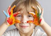 χέρια βαμμένα σε πολύχρωμα χρώματα — Φωτογραφία Αρχείου