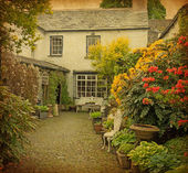 Garden at the front of old house — Stock Photo