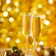 Two glasses of champagne with a Christmas decor in the background — Stockfoto