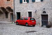 Coche rojo en el casco antiguo — Foto de Stock