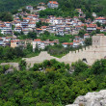 View of Trapezitsa Fortress from Tsarevets — Stock Photo #50998989