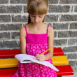 Girl draws on the album sitting bench — Stock Photo