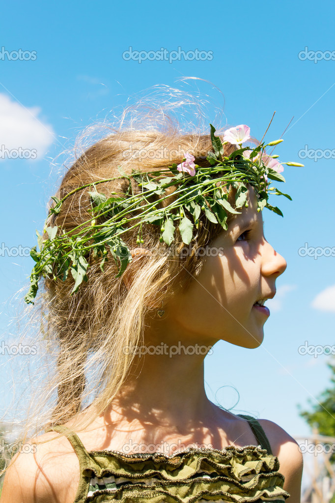 Girl in the grass wreath convolvulus arvensis 4632 — Stock Photo #12620081