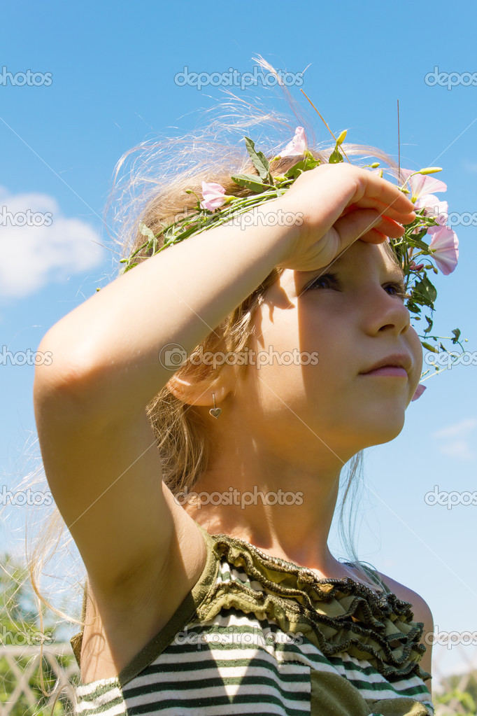 Girl in the grass wreath convolvulus arvensis lookong at sky 4632 — Stock Photo #12620092