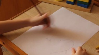 Little girl draws a hearts — Stock Video