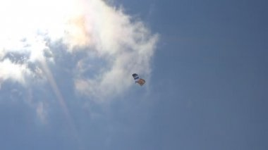 Paraglider in de hemel — Stockvideo