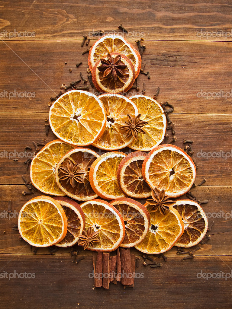 Christmas tree made of dried oranges, cinnamon and anise. Viewed from above. — Stock Photo #14682909