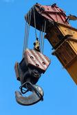 Jeřábový hák na modré obloze — Stock fotografie