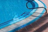 Barandillas de metal escaleras piscina — Foto de Stock