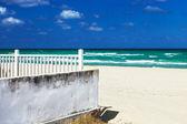 Weißer zaun am strand — Stockfoto