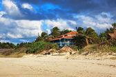 Huis aan het zandstrand — Stockfoto