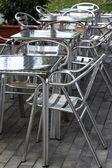 Tavoli e sedie in café — Foto Stock