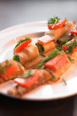 Roll with salmon and salad — 图库照片