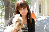 Красивая женщина Холдинг маленькая собака — Стоковое фото