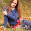 Woman sitting in the park — Stockfoto