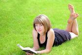 Foto esterna della ragazza bella studentessa con libro — Foto Stock