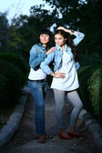 Dvě dívky venku — Stock fotografie