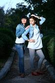 Twee meisjes buitenshuis — Stockfoto