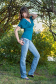 Giovane ragazza bruna in verde — Foto Stock