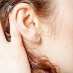 若い白人の女性の耳のクローズ アップ — ストック写真