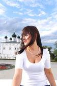 Närbild porträtt leende brunett kvinna utomhus — Stockfoto