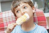 Milý chlapeček, jíst zmrzlinu — Stock fotografie