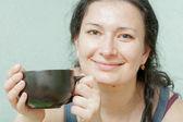 Souriant sourire boire de thé femme — Photo