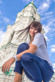Model posing in front of tall building — Stock Photo