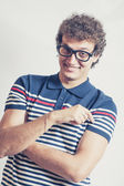 Ritratto di un uomo con il divertimento di studio n occhiali nerd — Foto Stock