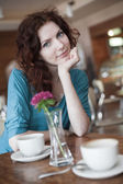 Meisje in café — Stockfoto