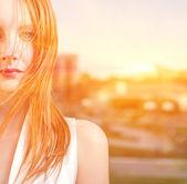 盯着照相机的年轻美丽的女人. — 图库照片