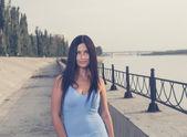 Sexy morena de pelo largo al aire libre en riverside — Foto de Stock