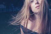 Retrato de una mujer joven hermosa — Foto de Stock