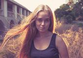 Blonde frauen bei sonnenuntergang mit hintergrundbeleuchtung — Stockfoto