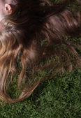 Kadını çimde rahatlatır — Stok fotoğraf