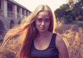 Gün batımı arkadan aydınlatmalı, sarışın kadın — Stok fotoğraf