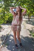 ドレスの屋外での長い髪と美しい若い女性 — Stockfoto