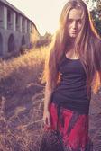 Złoty zachód słońca i blond kobiet — Zdjęcie stockowe