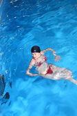 Jovem mulher nadar na piscina — Fotografia Stock