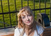金发碧眼的 20 多岁女性在城市公园的一天 — 图库照片