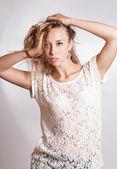 Mulher loira com cabelos longos — Fotografia Stock