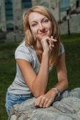 Blond 20s kvinnliga i city park dag — Stockfoto
