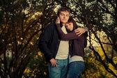 Dva studenti v parku před letní pozadí — Stock fotografie