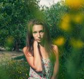 Bella bionda in un campo estivo — Foto Stock