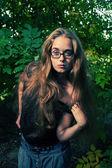 Loira de cabelos longos, posando ao ar livre — Fotografia Stock