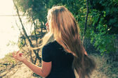 Langharige blonde uit terug beeld — Stockfoto