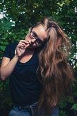 Younf blondin tänkande ensam i en skog — Stockfoto