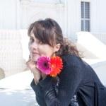 bruneta s květinami v rukou — Stock fotografie #48098431